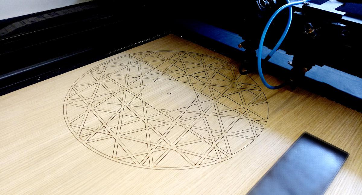 lazeriu pjaustytas medinis laikrodis